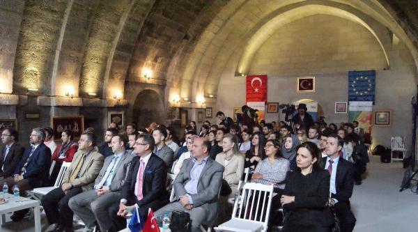 Kayseri'de Gençler Ab Forumu İçin Kilisede Toplandı