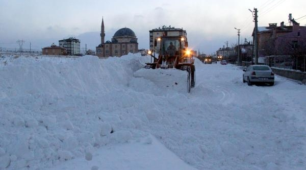 Kayseri'de Kar Yağişi Yollari Kapatti