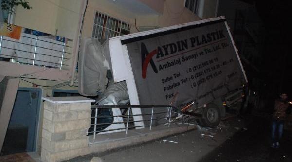 Kaza Yapan Kamyonet Sürücüsü Alkollü Çikti