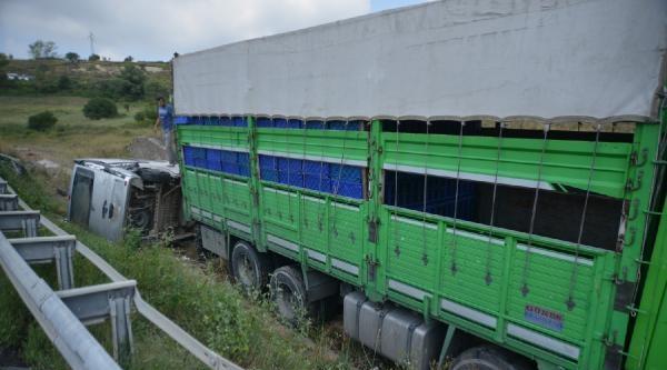 Kaza Yapan Kamyonun İşlemleri Yapılırken, Minibüs Bekleyenlere Çarpti: 7 Yaralı