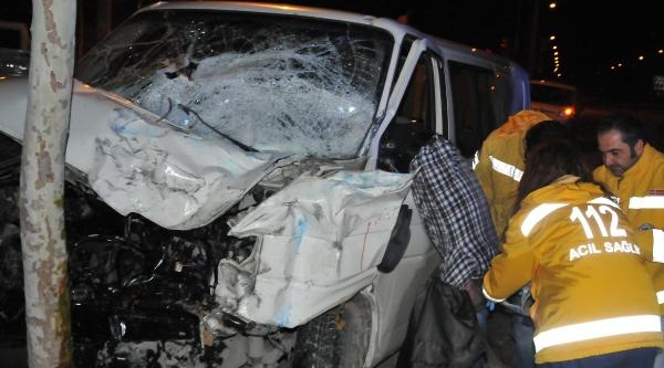 Kaza Yapan Minibüsten Çikamadi
