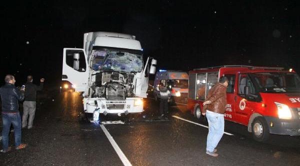 Kaza Yapan Tir'da Sikişan Sürücüyü Itfaiye Kurtardi