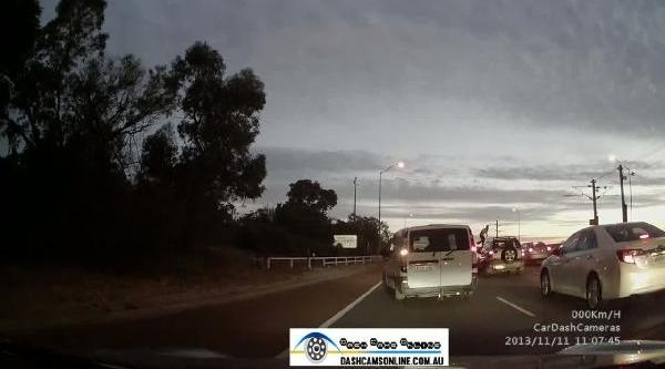 Kaza Yapinca Çildirip Otoyoldaki Araçlara Kafa Atmaya Başladi