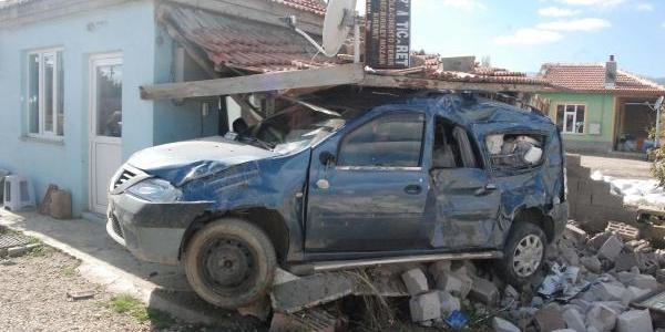 Kazada 2 Araç Hurdaya Döndü, 4 Kişinin Burnu Bile Kanamadi