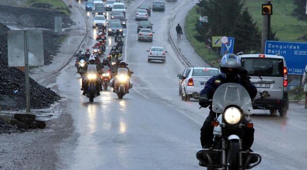 Kazada Ölen Arkadaşları İçin Motosiklerlerini Sürdüler