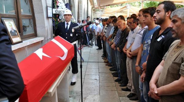 Kazada Ölen Polis Memuru Sivas'ta Toprağa Verildi