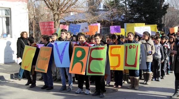 Kazan'da Öğrencilerden Çevre Yürüyüşü