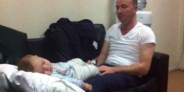Kazazede Bebegi Sağlik Memuru Hastanede  Dizinde Sallayarak Böyle Uyuttu