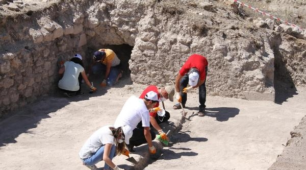 Kemah Kalesi'nde 8 Asırlık Kitabe Ve Figür Kalıntıları Bulundu