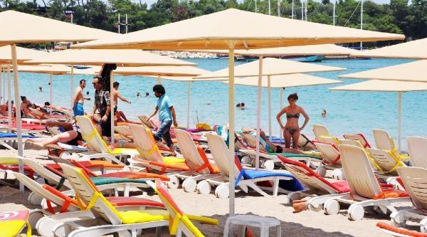 Kemer Plajları Turiste Kaldı
