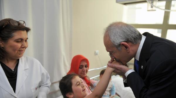 Kılıçdaroğlu, Tedavi Gören Somalı Ailelerin Çocuklarini Ziyaret Etti