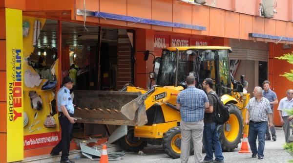 Kiracıyı Çikaramadi, İş Makinesiyle Camı Çerçeveyi Kırdırdı