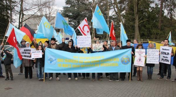 Kırımlılar Rusları Konsoloslukları Önünde Protesto Etti