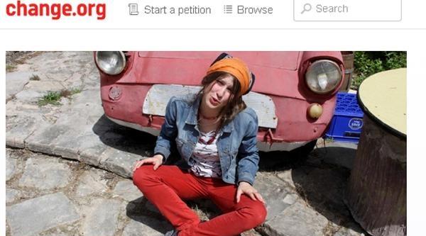 'kırmızı Fularlı Kız' İçin İmza Kampanyası