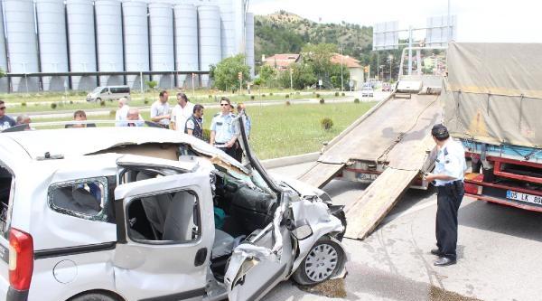 Kırmızı Işikta Kamyona Çarpan Araçtaki 3 Kişi Yaralandı