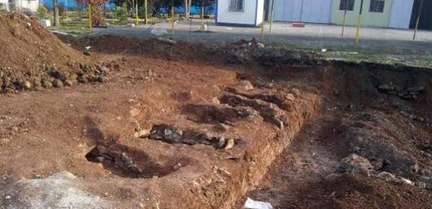 Kışlada 6 mezar ve insan kemikleri bulundu...