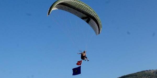 Kispet Giyip Güreş Alanina Paraşütle Indi