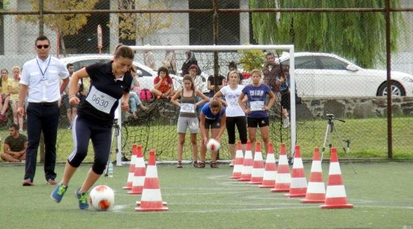 Kız Öğrencilerin Futbolla İmtihani