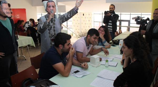 Kocaeli Üniversitesi'nde Öğrencilerden Ilginç 'kizli-Erkekli' Protestosu