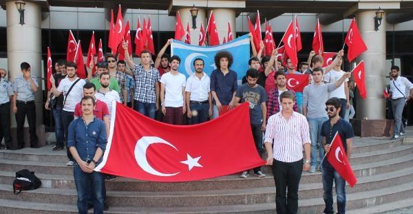 Kocaeli Üniversitesi'nde Türk Ve Türkmen Bayraklarıyla Yürüyüş