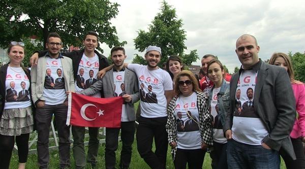 Köln'de Başbakan Erdoğan'a Sevgi Gösterinde Bulundu