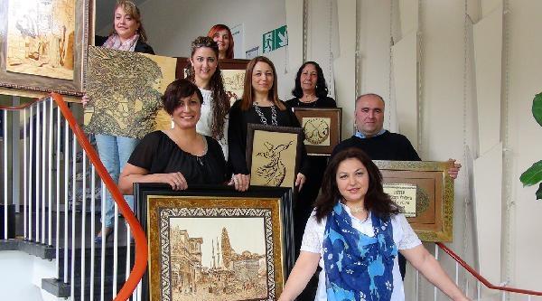 Köln'deki Kadınların Ahşap Yakma Kursundaki Eserleri Beğenildi