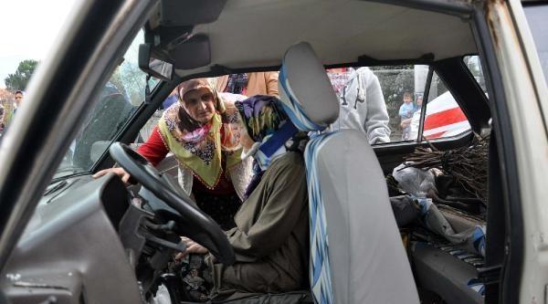 Komşu Ailelerin Otomobilleri Çarpişti: 4 Yarali