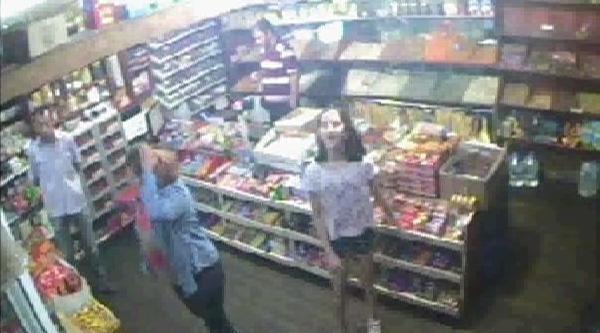Komşu Kavgasında Markete Sığınan Kadına Sopalı Saldırının Güvenlik Kamerası Ortaya Çikti