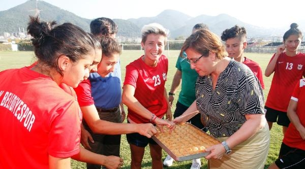 Konak Belediyespor'lu Kızlara Başkan'dan Tatlı Uğurlama