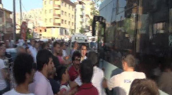 Kontrolden Çikan Minibüs Kaldırımdaki Yayalara Çarpti; 1 Ölü, 3 Yaralı (1)