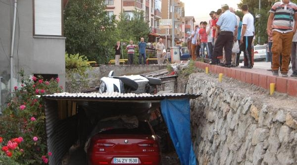 Kontrolden Çikan Otomobil Garajın Üzerine Devrildi