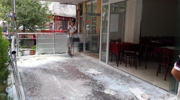 Kontrolden Çikan Otomobil Kahveye Girdi