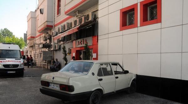 Kontrolden Çikan Otomobil Önce Yayalara Sonra Hastane Duvarına Çarpti