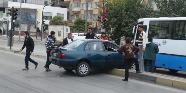 Kontrolden Çikan Otomobil Refüje Çarpti