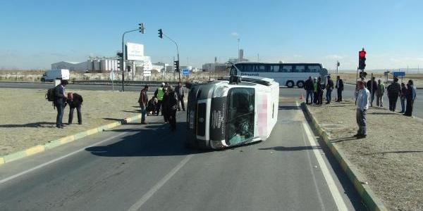 Konya'da Minibüs Ile Otomobil Çarpişti: 14 Yarali