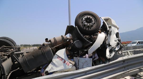 Köprü  Üstünde Kaza Yapan Tır'ın Taşıma Tankı Tem'e Düştü: 1 Ölü