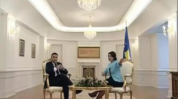 Kosova Cumhurbaşkani Yahyaga, Iki Görevliyi Stüdyodan Çikartti
