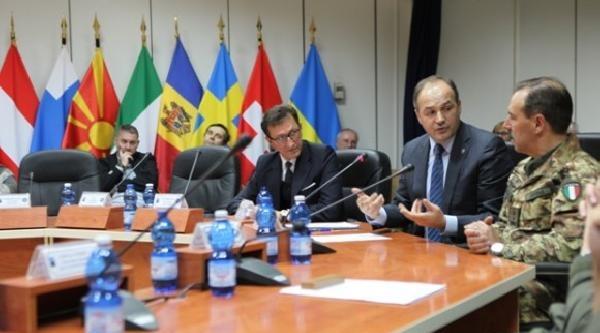 Kosova Dışişleri Bakanı Hocay Barış Gücü Kfor Komutanı Farina İle Görüştü