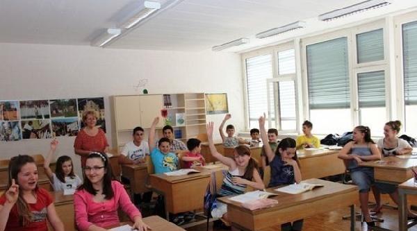 Kosova'da İlk Ve Orta Dereceli Okullarda Yeni Eğitim Yılı Başladı