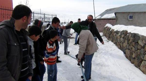 Köy Okulu Ve Camiinin Sulari Dondu