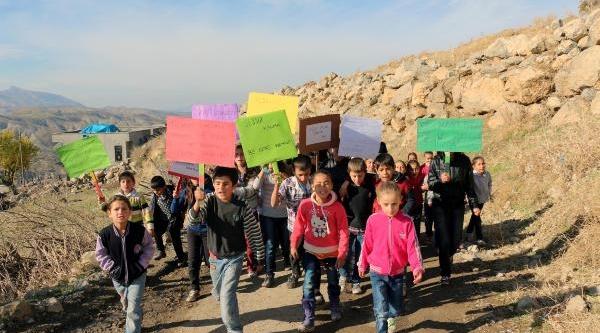 Köydeki Öğrenciler Çevre Için Yürüdü