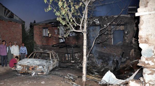Köydeki Yangında: 3 Ev, 1 Otomobil Yandı, 2 Yaralı Var