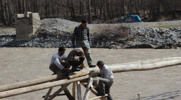 Köylüler Asma Köprüleri Yıkılınca Yenisini Yapmaya Başladılar