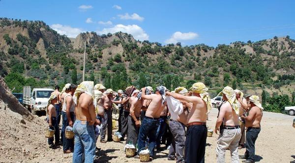 Köylüler Su İçin Önce Meşaleli, Sonra Yarı Çiplak Eylem Yaptı