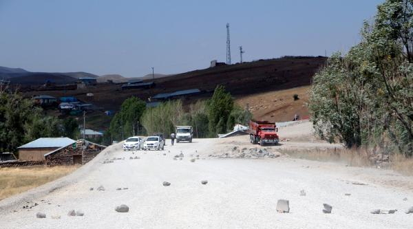 Köylüler 'toz' Yüzünden Yol Kapattı
