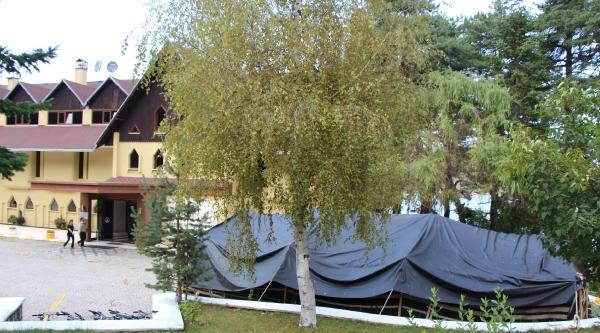Kraliyet Ailesi Oteli Kapatıp, Bahçesine Çadir Kurdurdu