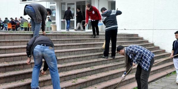 Ktü'de Öğrenciler Merdiven Boyadi