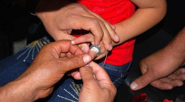 Küçük Kızın Parmağına Sıkışan Cıvata Pulunu İtfaiyeciler Çikardi
