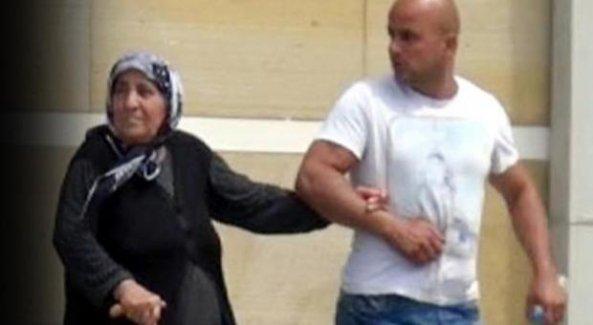 Küçük oğlunu öldüren büyük oğlunun üzerine bastonla yürüdü