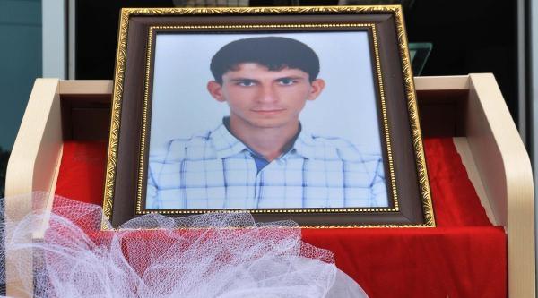 Kum Ocağında Ölen Tıp Öğrencisi İçin Fakültesi Önünde Tören